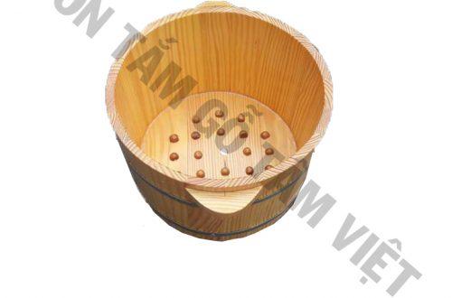 Ngâm chân trong chậu gỗ có hạt massage