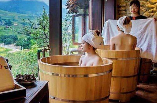 Ngâm mình trong bồn tắm gỗ kiểu Nhật giúp con người thư giãn sảng khoái