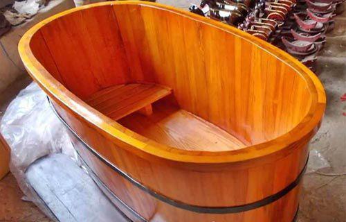 Bồn tắm gỗ cũng là 1 vật dụng mà bạn nên quan tâm