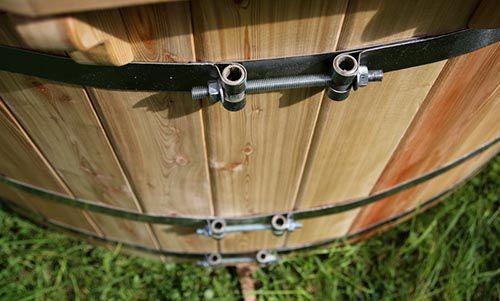 Thêm cống thoát sàn - Cách làm bồn tắm gỗ nước nóng