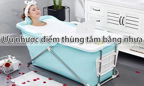 Thùng tắm bằng nhựa khá nhẹ và có thể gập lại di chuyển dễ dàng _ Tâm Việt